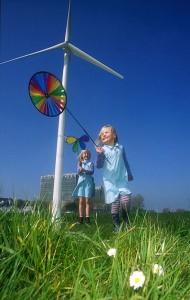 Windkraftanlage mit spielenden Kindern